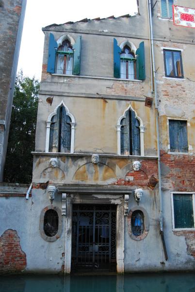 3-facciata-casa-cinque-teste.jpg