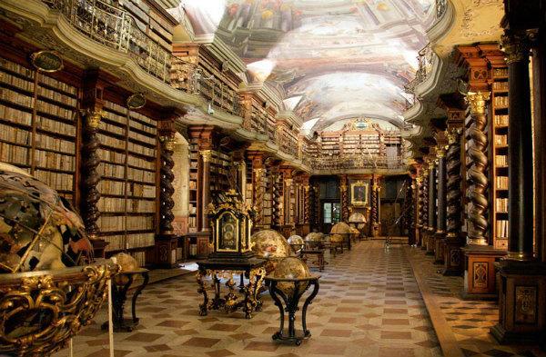 4-sala della biblioteca barocca Clementinum-Praga.jpg